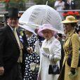 Royal Ascot, jour 2, mercredi 15 juin 2011. Cette fois, c'est sur un chapeau délicieusement rose que le choix de la reine Elizabeth II s'était porté.
