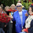Michou baptise la rose république de Montmartre, dans le vignoble du quartier, à Paris, le 18 juin 2011.