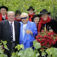 Michou baptise la rose république de Montmartre, dans le vignoble du quartier, à Paris, le 18 juin 2011. Ici avec Daniel Vaillant, maire du XVIIIe arrondissement.