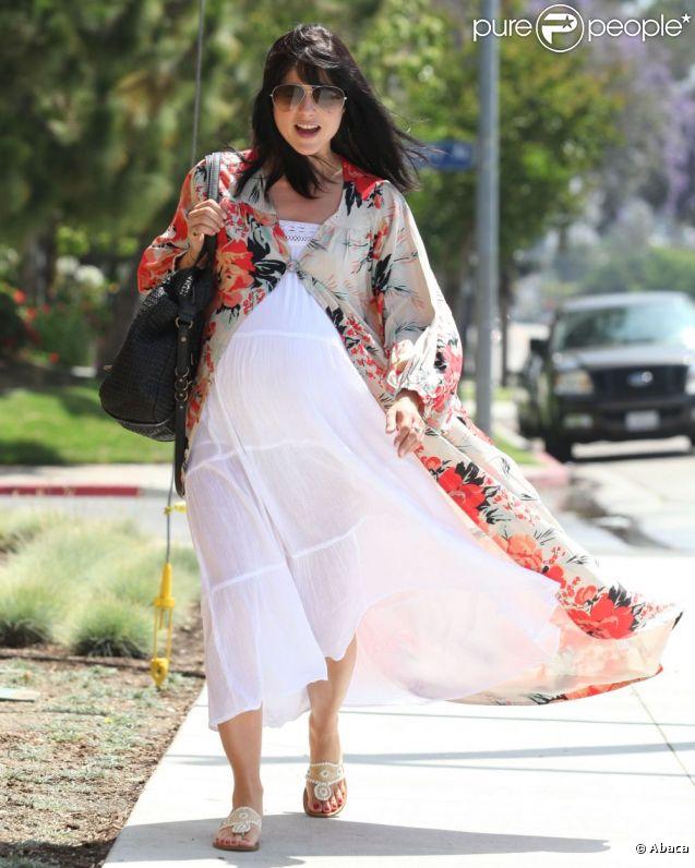 Selma Blair est toujours aussi lookée... L'actrice affiche ses rondeurs à  quelques  semaines ou, espérons pour elle, quelques jours de  l'accouchement. Los Angeles, 20 juin 2011