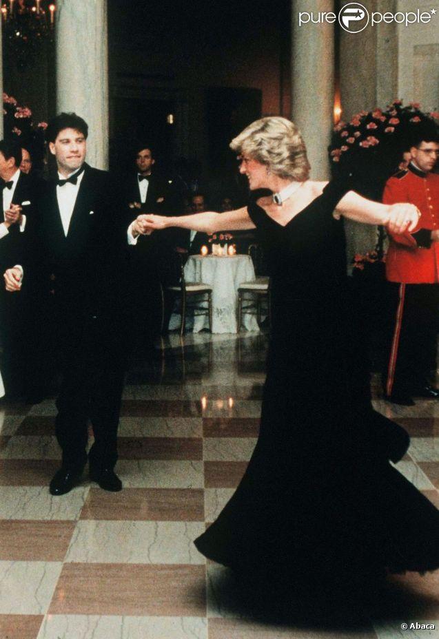 La robe que portait Lady Di lors d'un dîner à Washington est devenue célèbre grâce aux pas de danse que la princesse a échangé avec John Travolta en 1985.