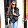Elizabeth Hurley, en pleine séance shopping à Londres, le 23 mai 2011.