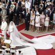 Le prince Albert et la princesse Charlene n'ont pas commis de faux pas lors de leur mariage religieux le 2 juillet 2011 à Monaco, mais un de leurs 800 invités s'est pris les pieds dans le tapis !