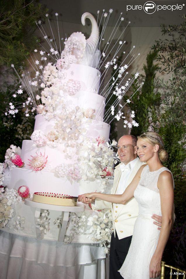 Albert et Charlene coupent la traditionnelle pièce-montée lors de leur dîner de mariage au Casino de Monaco, le 2 juillet 2011