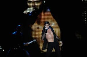 Ricky Martin sur scène, tombe la chemise, et fait monter la température