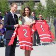 Partie de street hockey au Somba K'e Civic Plaza de Yellowknife : des maillots floqués en cadeau !   Le prince William et la duchesse Catherine de Cambridge se sont rendus mardi 5 juillet 2011 dans la province des Territoires du Nord-Ouest, avant-dernière étape du programme officiel de leur Royal Tour au Canada.