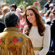 La foule était nombreuse à Yellowknife pour accueillir William et Kate et admirer la duchesse dans sa robe Malene Birger.   Le prince William et la duchesse Catherine de Cambridge se sont rendus mardi 5 juillet 2011 dans la province des Territoires du Nord-Ouest, avant-dernière étape du programme officiel de leur Royal Tour au Canada.