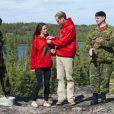 """Faits """"Rangers d'honneur"""", le prince Wiliam et la duchesse Catherine ont posé au lac Blachford avec le sweat-shirt officiel.   Le prince William et la duchesse Catherine de Cambridge se sont rendus mardi 5 juillet 2011 dans la province des Territoires du Nord-Ouest, avant-dernière étape du programme officiel de leur Royal Tour au Canada."""