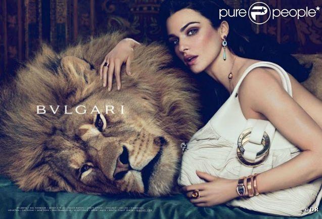 Rachel Weisz présente la nouvelle collection de sac Bulgari. La belle nous fait de l'oeil avec élégance et réussit même à séduire un lion !