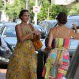 Jessica Alba, radieuse et très en beauté profite d'une belle journée avec une amie à Los Angeles. Le 7 juillet 2011