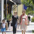 Jessica Alba : promenade complice avec sa petite Honor dans les rues de Los Angeles. Le 8 Juillet 2011