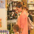 Jessica Alba prépare l'arrivée de son bébé en compagnie de sa petite Honor dans une boutique de Los Angeles. Le 8 Juillet 2011