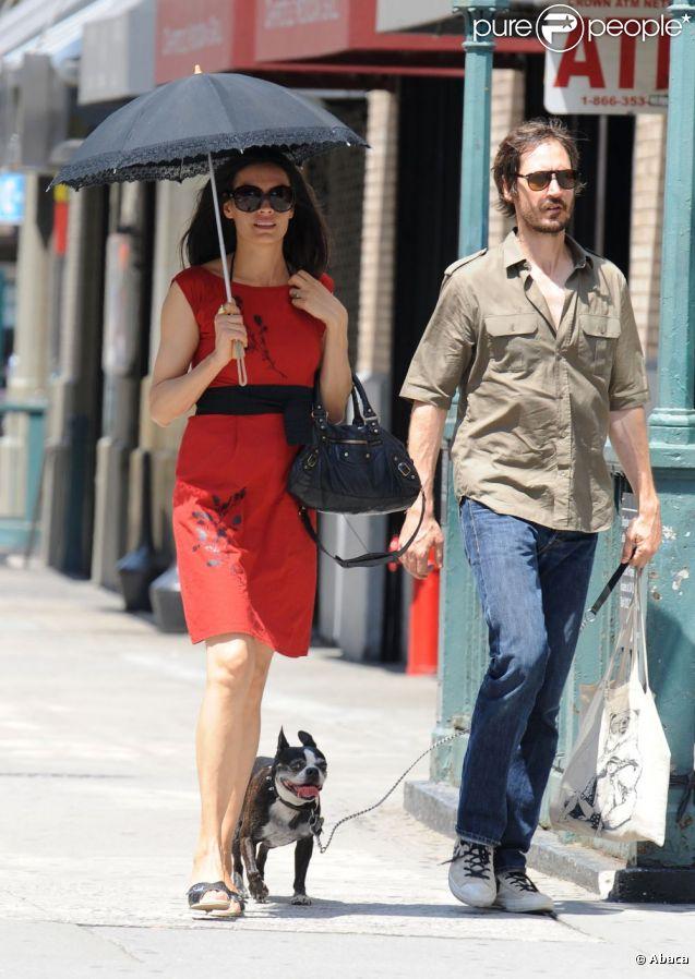 Famke Janssen en promenade à New York avec son chien et son chéri, le 16 juillet 2011