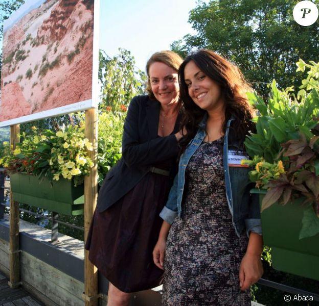 La présentatrice télé Cendrine Dominguez et sa fille Lea pour la première édition du Festival de photo de Mont-Blanc à Saint-Gervais le 15 juillet 2011