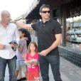 Hugh Jackman sort d'un restaurant avec sa femme Deborra-Lee Furness et leurs enfants Ava et Oscar à Los Angeles le 19 juillet 2011