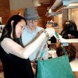 Woody Allen, sa femme Soon-Yi et leurs filles Bechet et Manzie font du shopping à Rome le 4 juillet 2011 : Soon-Yi et Woody ont du mal à choisir