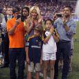 La présentatrice télé Kelly Ripa avec son mari Mark Consuelos et ses enfants lors du match entre les MLS All Stars et Manchester United le 27 juillet 2011 à New York.
