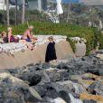 Les parents de Victoria Beckham regardent leur petit fils Brooklyn faire du surf à Malibu le 19 juillet 2011