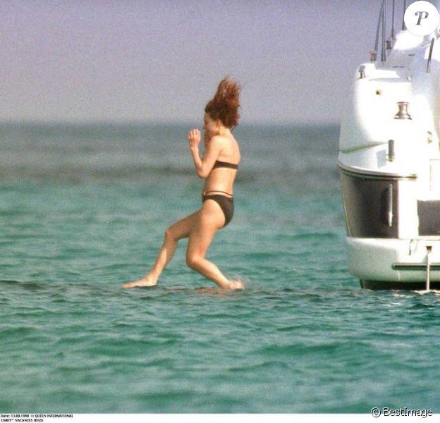Mariah Carey saute à l'eau à Ibiza, les bras en protection