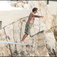 Andy Garcia saute à l'eau, tel un dandy - mai 2007 au Cap d'Antibes