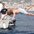 Andrea Casiraghi saute à l'eau, et son peuple l'encourage - en juillet 2004 à Monaco