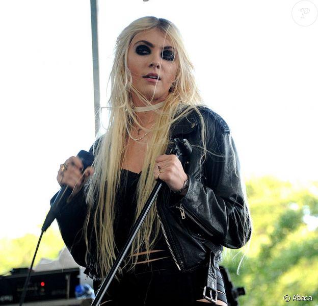 Taylor Momsen, toujours fidèle à son look provoc, sur la scène du Lollapalooza Music Festival à Chicago. Le 8 août 2011