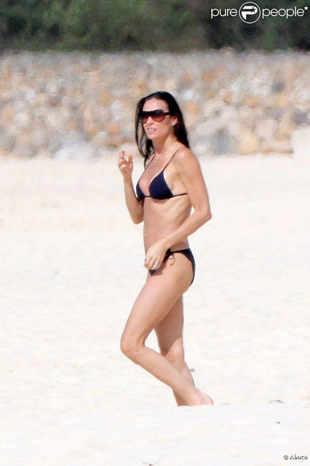 Silhouette élancée, formes parfaites... Demi Moore a bien 48 ans ! L'actrice qui rajeunit d'année en année affiche encore et toujours ce qu'il l'a propulsé, son corps de rêve. Saint-Barthélemy, 12 février 2011