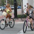 Shauna Sand et ses trois filles à vélo à Miami le 12 août 2011