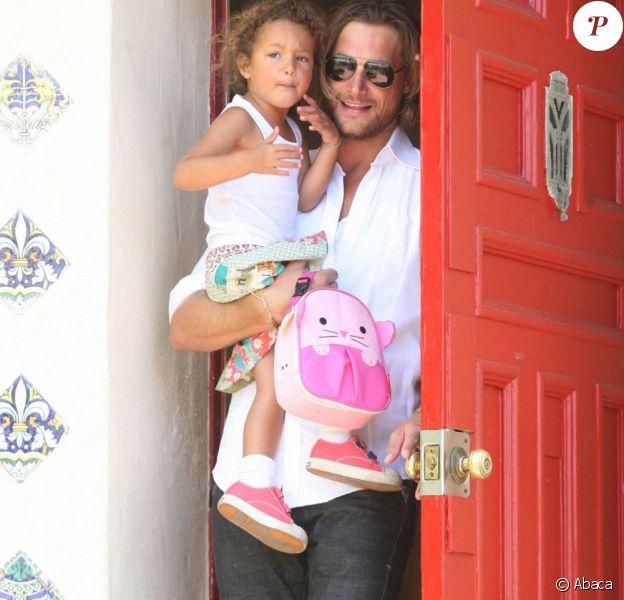 Gabriel Aubry et sa fille Nahla à la sortie de la maternelle, le 15 août à Los Angeles !