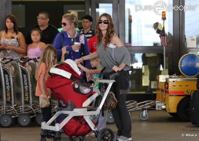 Denise Richards à l'aéroport de Los Angeles le 20 août 2011 avec ses filles Lola, Sam et Eloise