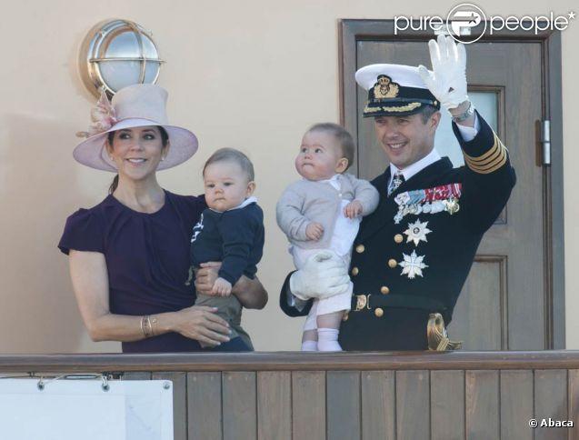 Le prince Frederik de Danemark, son épouse la princesse Mary et leurs jumeaux de sept mois, Vincent et Joséphine, ont embarqué à bord du Dannebrog, le yacht royale. Première escale de la tournée estivale du 22 au 26 août 2011 : Skagen, à l'extrême nord du pays, le 22 août.