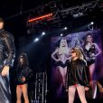 David Hasselhoff sur scène aux côtés de ses filles Taylor Ann et Hayley, au club GAY à Londres le 20 août 2011