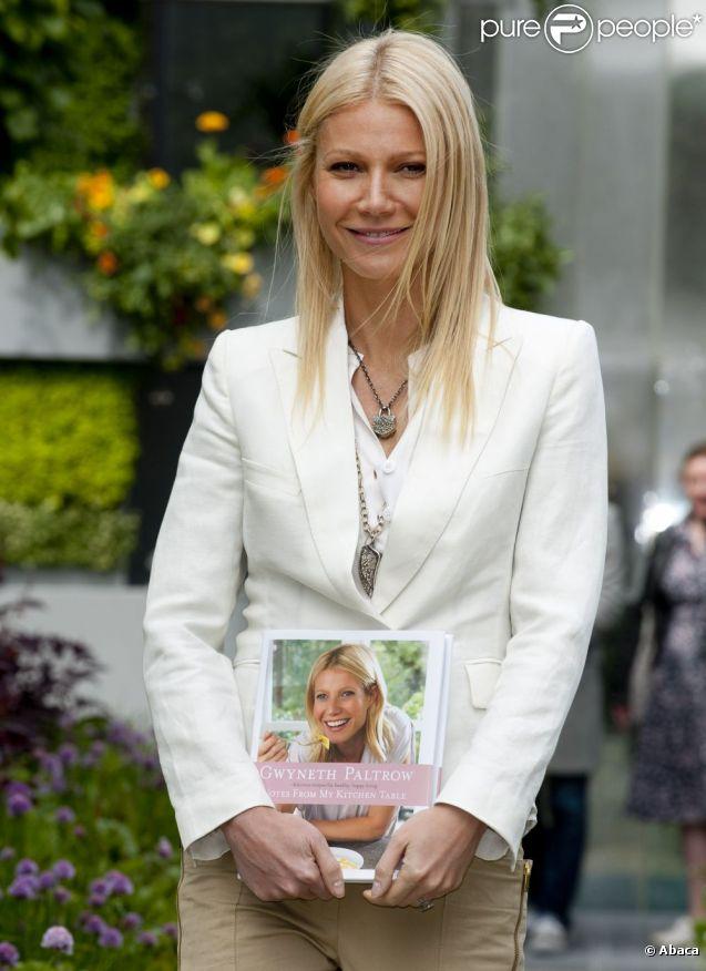 Gwyneth Paltrow pose fièrement avec son livre