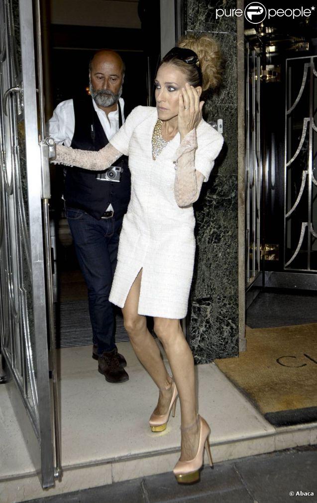 Sarah Jessica Parker sort d'un hôtel en pleine séance photos alors qu'un homme est tombé dehors. Londres, 31 août 2011