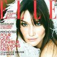 Décembre 2002 : Carla Bruni, qui a abandonné le mannequinat pour la chanson, couvre le magazine Elle.