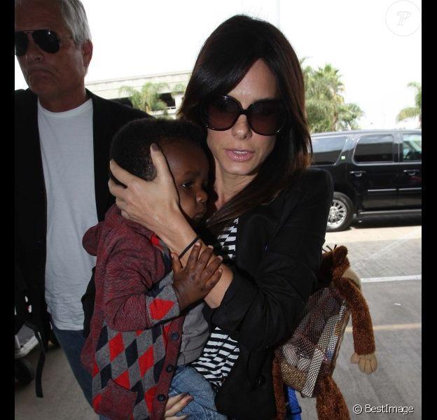 Sandra Bullock et son fils Louis, à l'aéroport LAX de Los Angeles, samedi 10 septembre 2011.