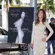 Elisabetta Canalis révèle sa campagne anti-fourrure pour PETA sur Rodeo Drive à Los Angeles, le 13 septembre 2011. Elle est aussi sexy nue qu'habillée.
