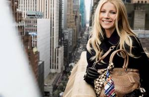 Gwyneth Paltrow affiche son sourire radieux malgré des poses vertigineuses
