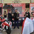 Albert de Monaco encourage l'équipe de gendarmes monégasques qui va participer aux 24 H du Mans Moto, les 24 et 25 septembre prochains sous les couleurs de la Principauté. 14 septembre 2011