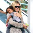 Heidi Klum va chercher son fils Henry à son cours de karaté tout en portant sa fille Lou endormie dans ses bras ! Los Angeles, 17 septembre 2011