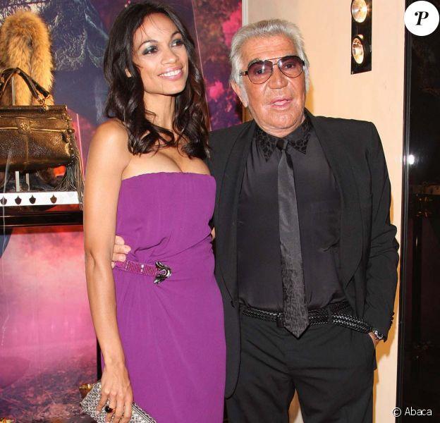 Rosario Dawson et Roberto Cavalli pour l'inauguration de la nouvelle boutique Cavalli, à Londres, le 17 septembre 2011.