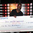 Omar Sy et le chèque de la victoire à la soirée de lancement de FIFA 12 au VIP ROOM à Paris le 19 septembre 2011
