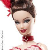 Barbie enfile ses jarretières et entre au Moulin Rouge !