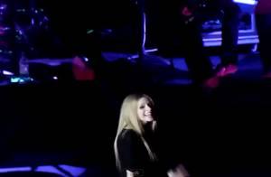 Avril Lavigne : La malédiction continue, elle perd sa voix en plein concert