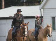Elle Macpherson : A cheval en talons, le top model n'a pas peur du ridicule