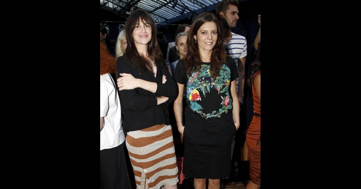 Charlotte Gainsbourg et Chiara Mastroianni lors du défilé ...