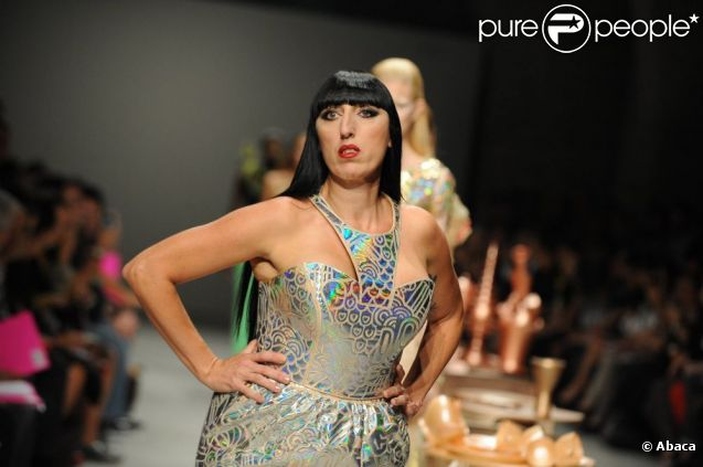 Rossy de Palma apporte son originalité pour le défilé des collection printemps-été 2012 Manish Arora lors de la Fashion Week parisienne le 29 septembre 2011