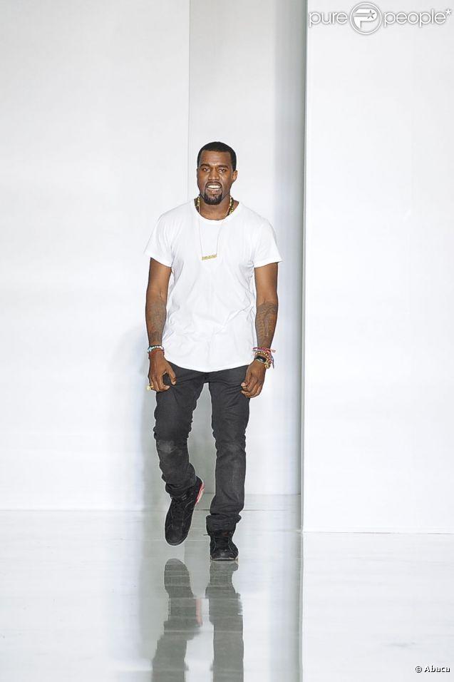 Kanye West lors de son premier défilé pour la saison Printemps-Été 2012 au lycée Henri IV à Paris le 1er octobre 2011
