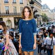 Alexa Chung parfaite en robe en jean à son arrivée au défilé Stella McCartney