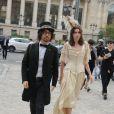 Sean Lennon et sa compagne Charlotte Kemp Muhl au défilé Chanel à Paris le 4 octobre 2011